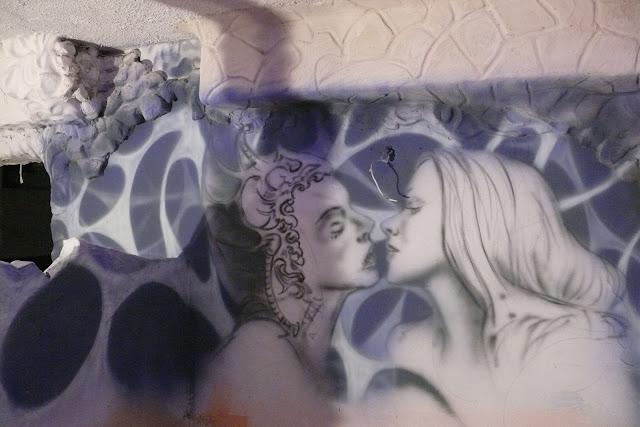 Artystyczne malowanie ścian w klubie, mural świecący w ciemności, efekt luminenscenci na ścianie