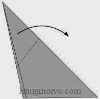 Bước 4: Gấp chéo cạnh giấy xuống.