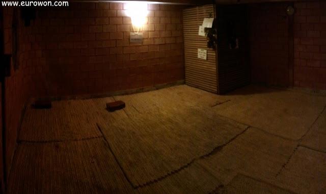 Sauna coreana con el suelo cubierto por esterillas