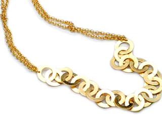 beatle o directamente, polera, buscaremos collares largos como complementos de moda. Para prolongar la figura a través de un collar debe llegar hasta la