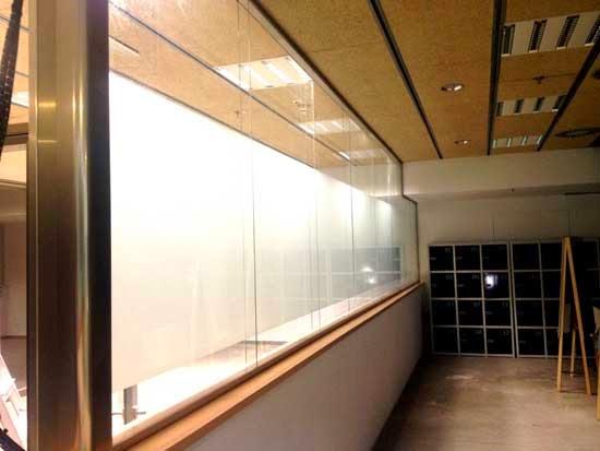 Mamparas de oficina dise o fabricaci n y montaje for Oficinas cajasol sevilla