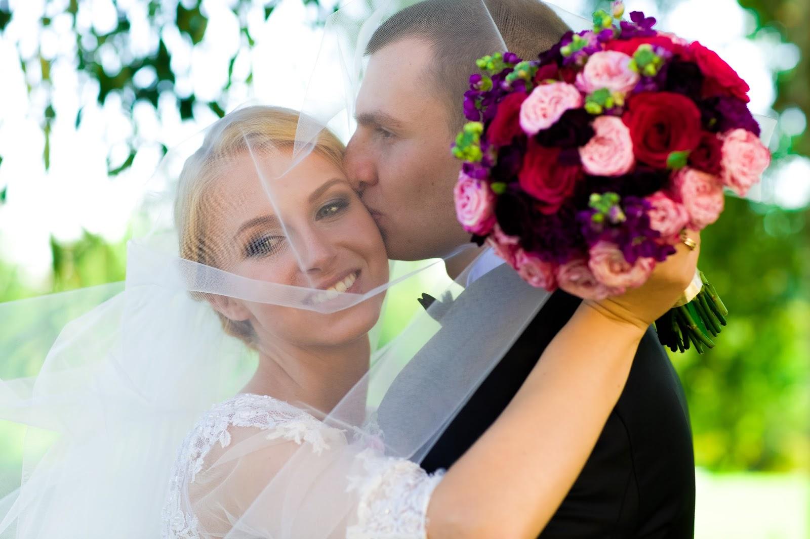 нежный объятия жениха и счастливая невеста