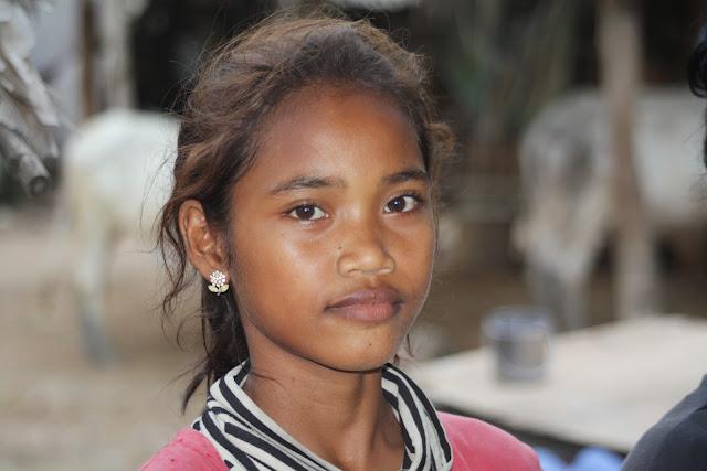 Avec l'aimable participation de CGF Foundation, Cambodge Mag vous propose un voyage photographique à travers la campagne de Kompong Speu, dans le village de Prek Dey précisément. Ce petit bourg champêtre vit encore au rythme des récoltes de riz et de la mousson. Situé dans la province de Kompong Speu, à environ une heure et demie de route, le village est encore épargné par les sacs de plastique et les pyjamas chinois.