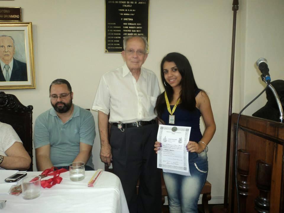 Premiada com a medalha de Ouro na categoria juvenil, a aluna Débora Branco recebe sua premiação