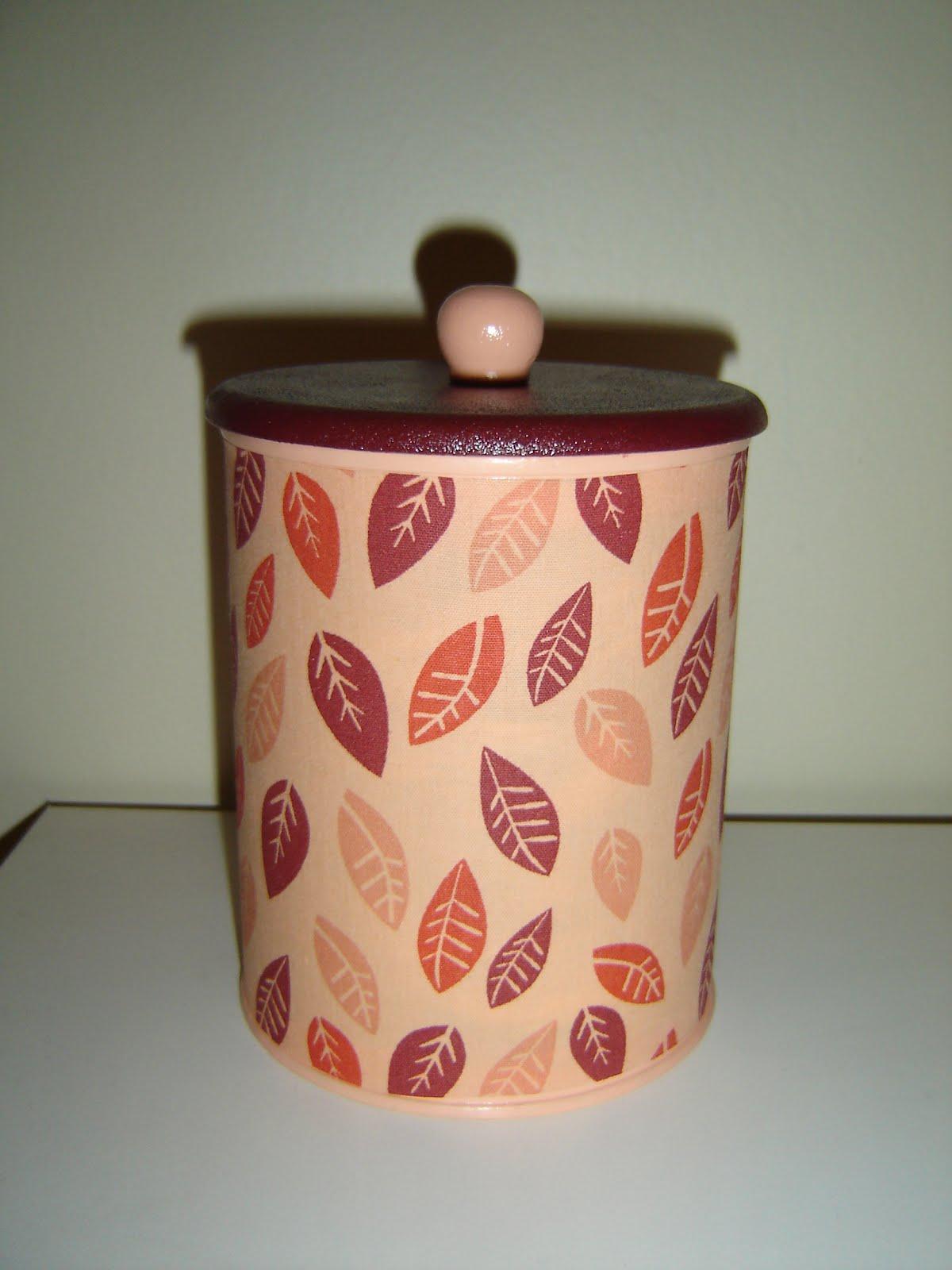 Mais latas decoradas e vasinhos combinando.