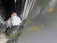 Foto Wedding Paling Ekstrim di Tepi Tebing