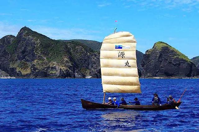 sailing sabani boat, crew paddling