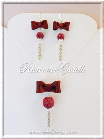Orecchini e collana con fiocchi di raso e perle rivestite al crochet