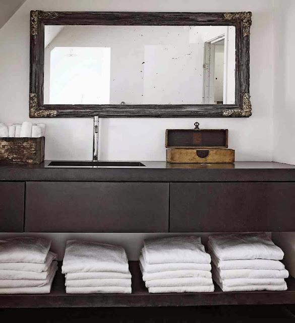 Nowoczesna szafka w łazience i stylizowane dodatki