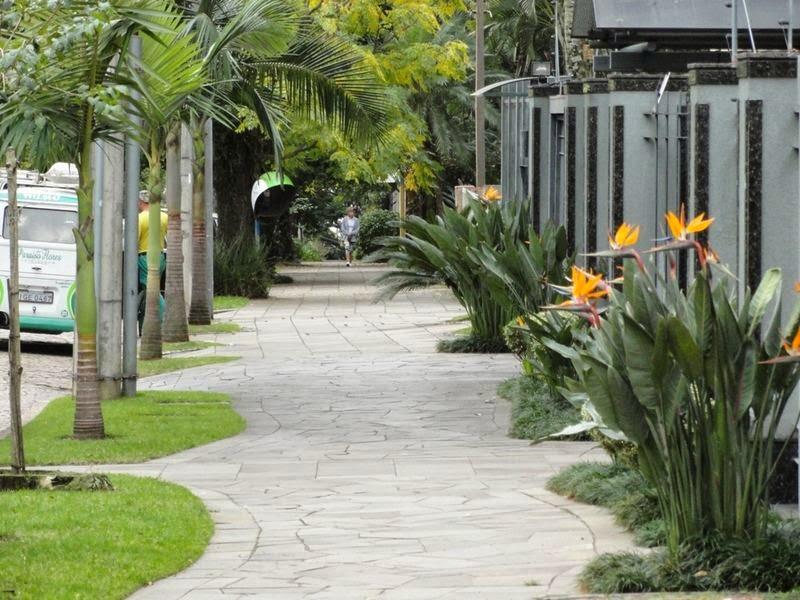 pedra miracema jardim:Calçadas residenciais – veja dicas e modelos com pedras, paisagismo e
