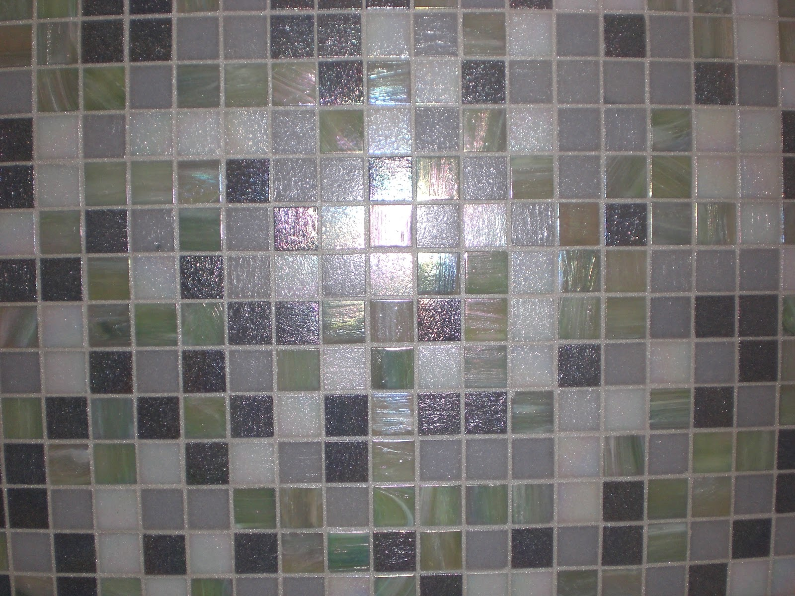 Bagno in mosaico grigio gabbatore mattia for Piastrelle bagno mosaico grigio