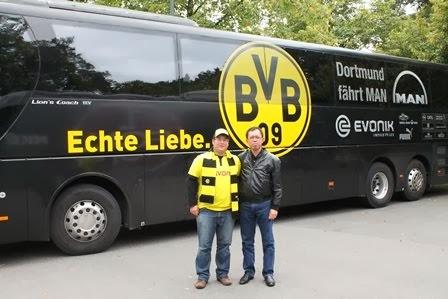 Dengan suporter Borussia Dortmund (Sept 2013)