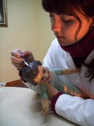 Limpiando al Niño de Ntra. Sra. la Virgen del Carmen, Hdad. Redención-Rocio de Sevilla