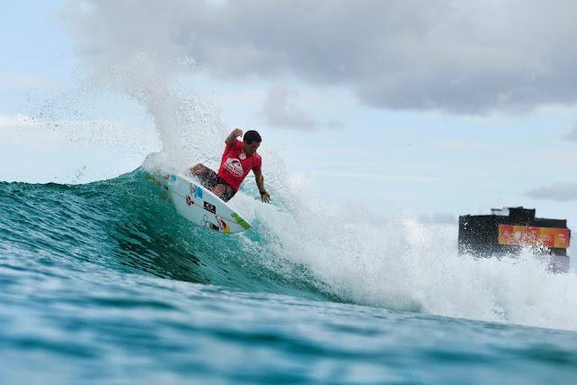 2 Quiksilver Pro Gold Coast 2015 Adriano de Souza Foto WSL Kelly Cestari