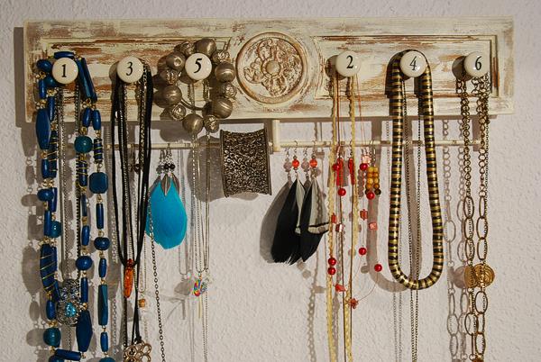 Caballito de cart n colgador de collares y pendientes - Para colgar collares ...