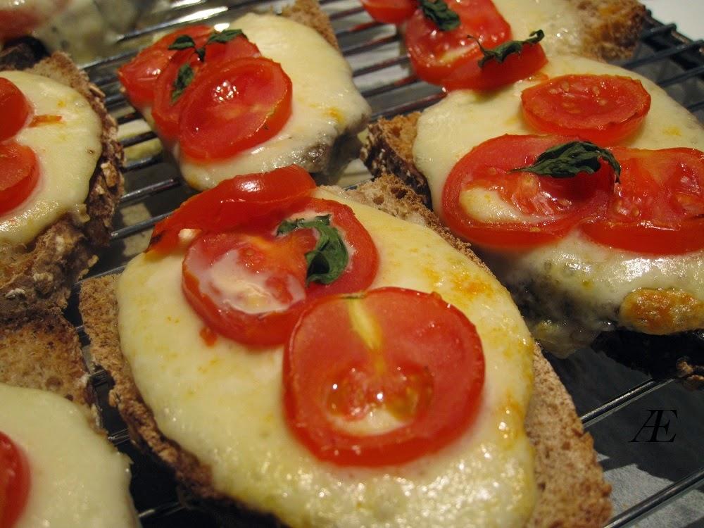 surdejsbrød med mozzarella og tomat, lækker, nem opskrift, brunch, frokost, forret,