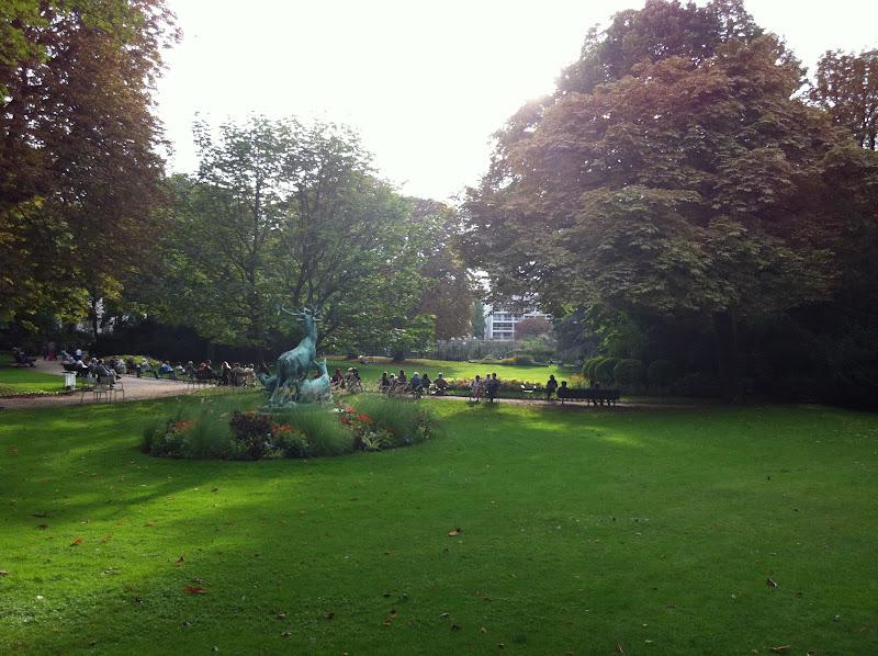 Le pavillon de la fontaine au jardin du luxembourg for Arbres jardin du luxembourg