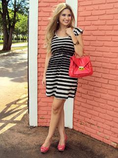 Der Charme und die Schönheit der gestreiften Kleid