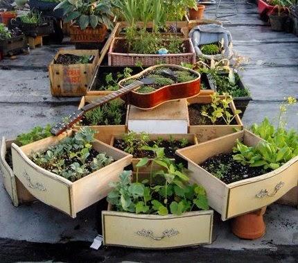 Transformar una guitarra española en un macetero para el jardín