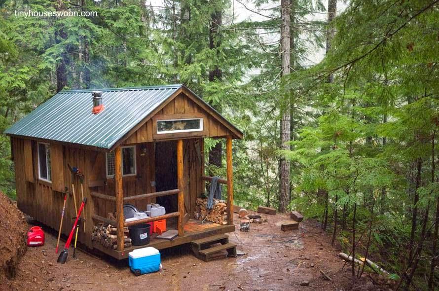 Arquitectura de casas peque a caba a de madera en el bosque - Casas madera pequenas ...