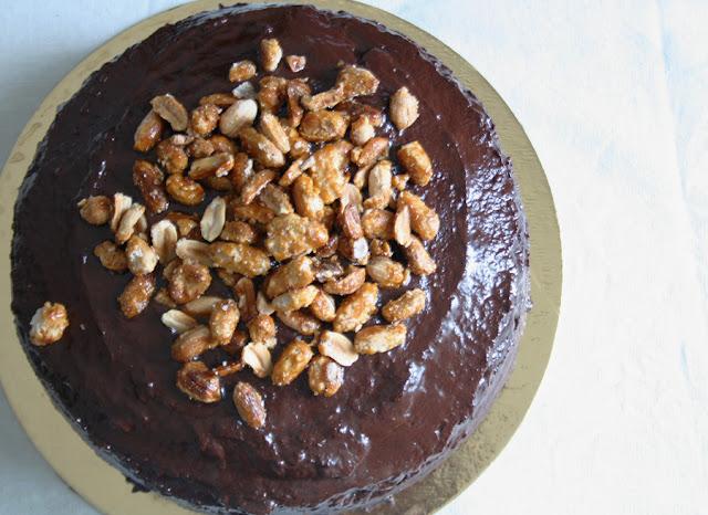 Torta alla banana con glassa al caffe e arachidi caramellate