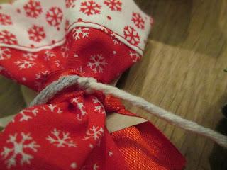 Adventskalender Stoffsäckchen Befestigung mit Wolle Knoten