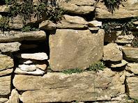 Detall d'una paret del poblat iber del Casol de Puig-castellet