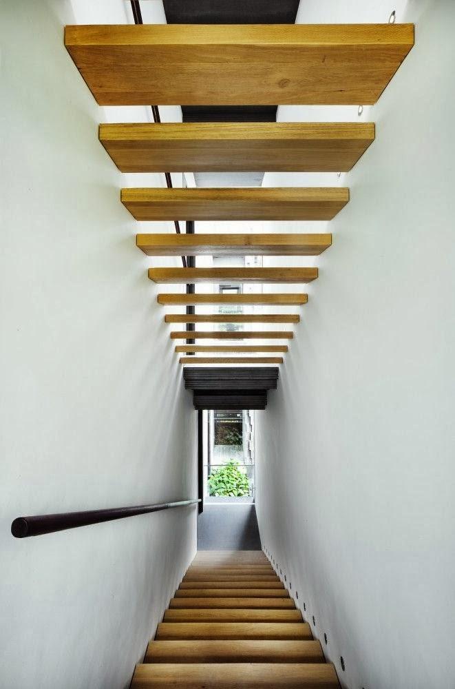 Bridoor s l escalera suspendida de madera en nest house for Escaleras suspendidas