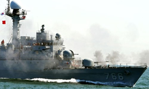 South Korean navy fires warning shots at Chinese patrol boat