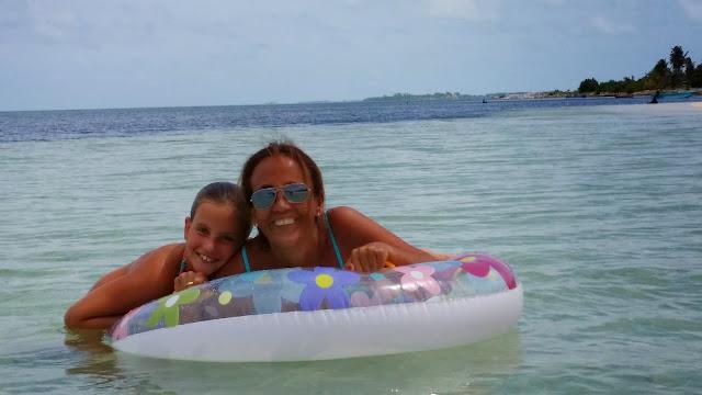 Macarenas en el flotador gigante que les llevaba al arrecife