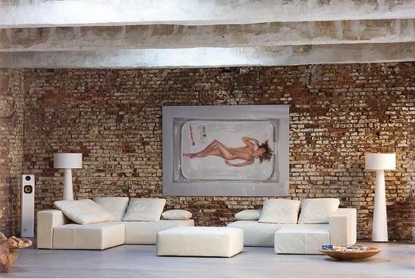 Strefa salonu w lofcie biel, beton i cegła
