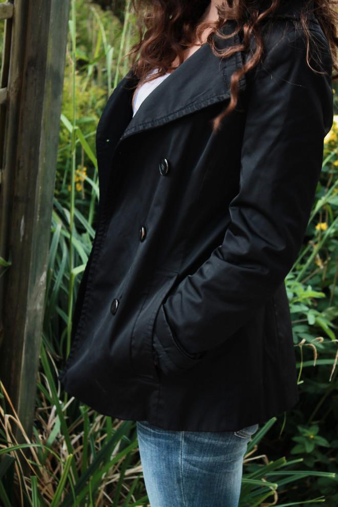 look-mode-manteau-noir-top-blanc-jean-craqué-basique
