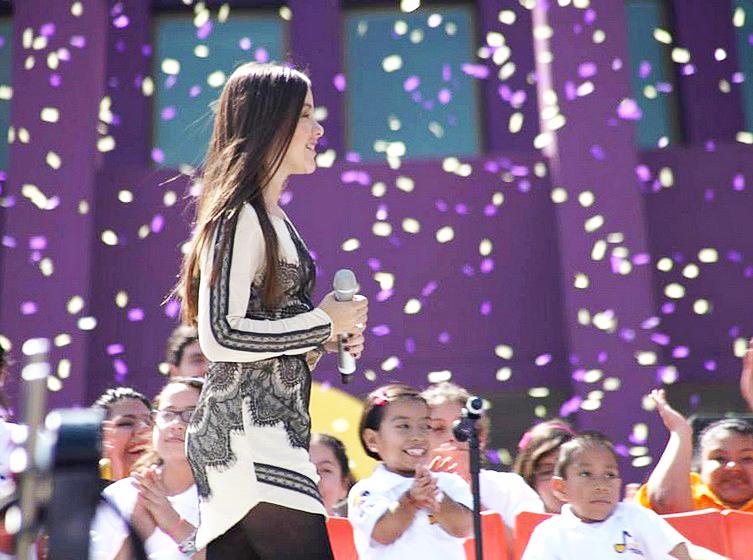 Angie Vazquez con vestido en el Teleton de Televisa | Ximinia