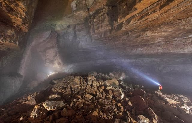 Explorers Uncover An Entire World Inside A Cave Pics - Er wang dong cave china large weather system