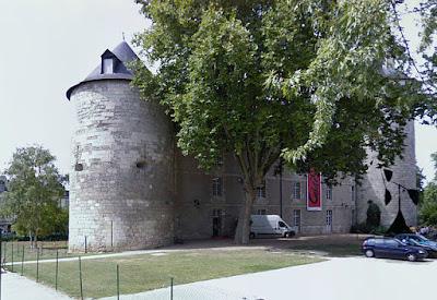 «Calder-chateau-Tours» par Alain.Darles — Travail personnel. Sous licence CC BY-SA 3.0 via Wikimedia Commons - http://commons.wikimedia.org/wiki/File:Calder-chateau-Tours.jpg#/media/File:Calder-chateau-Tours.jpg