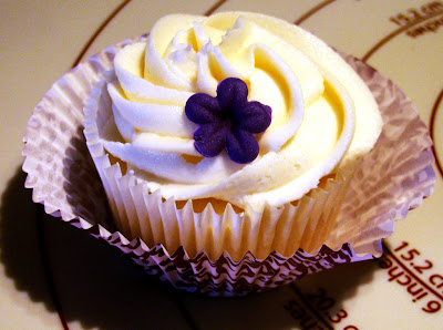 Retro Gran | White Almond cupcake