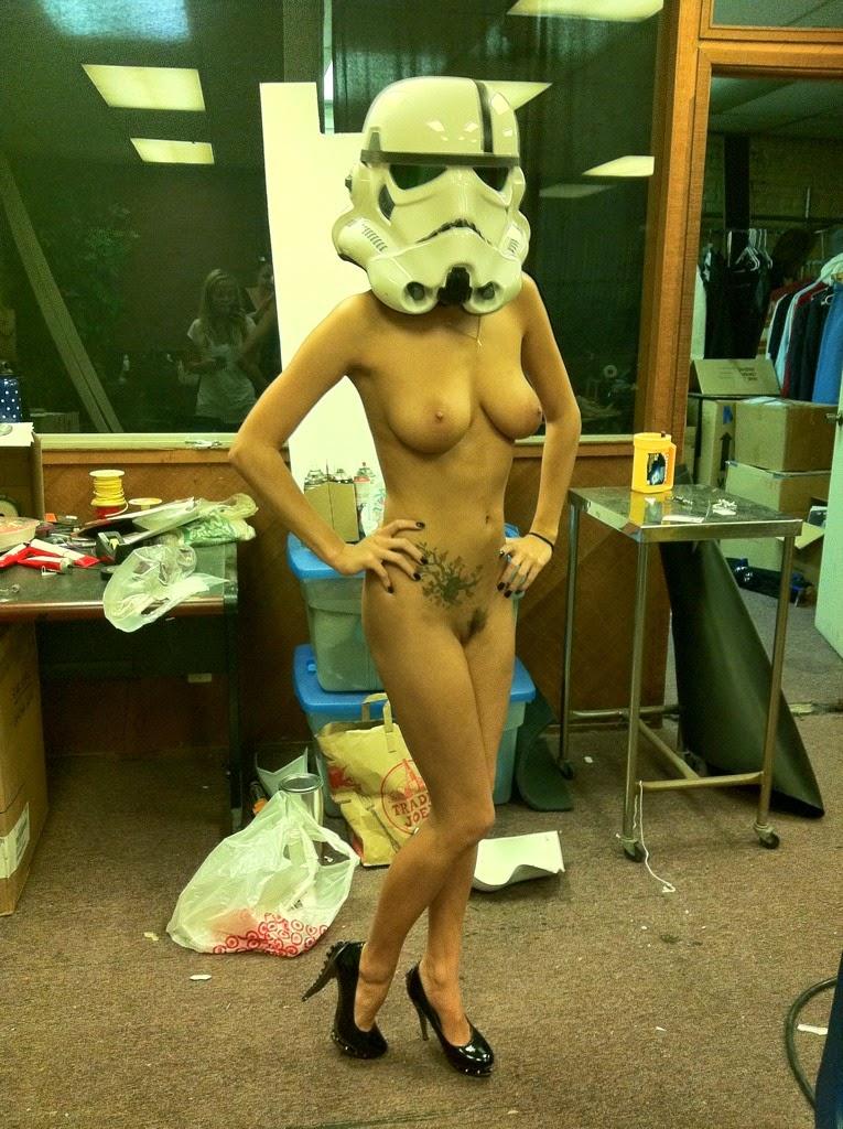 photo d'une cosplayeuse sexy nue avec un casque de stormtrooper