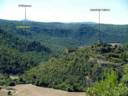 Vista panoràmica del Castell de Calders, la masia de la Mussarra i al fons de tot el Montcau