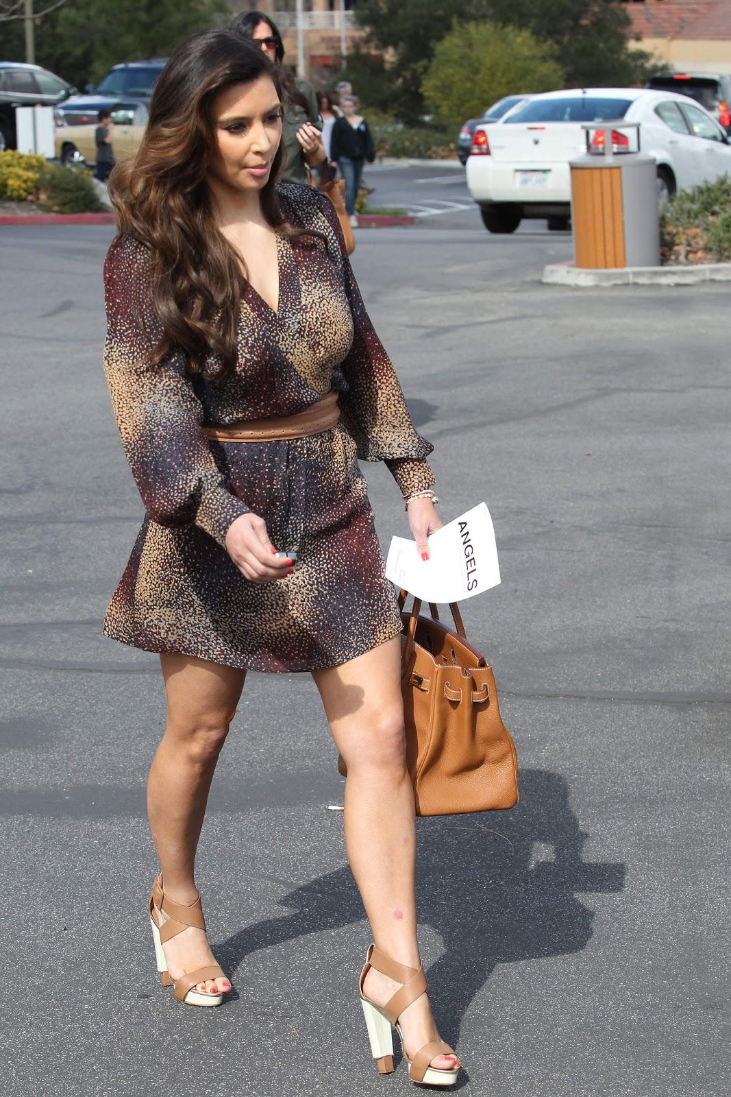 http://4.bp.blogspot.com/-HTdeXBwDQ4U/TzuRdSOCADI/AAAAAAAAADk/tgqygw69sg8/s1600/Kim-Kardashian-Photos-11.jpg