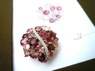 ルースコレクションの中からピンク色の石を揃えゴージャスなブローチを作った。