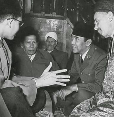 KH Zainul Arifin menyertai Presiden Sukarno melaksanakan kunjungan Pahlawan Nasional dari Sumut KH.Zainul Arifin