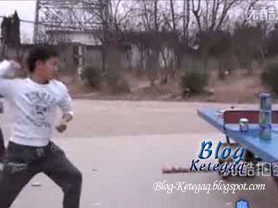 Kehebatan ninja dari China membaling daun terup