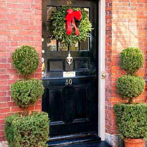 Świąteczny stroik na drzwiach