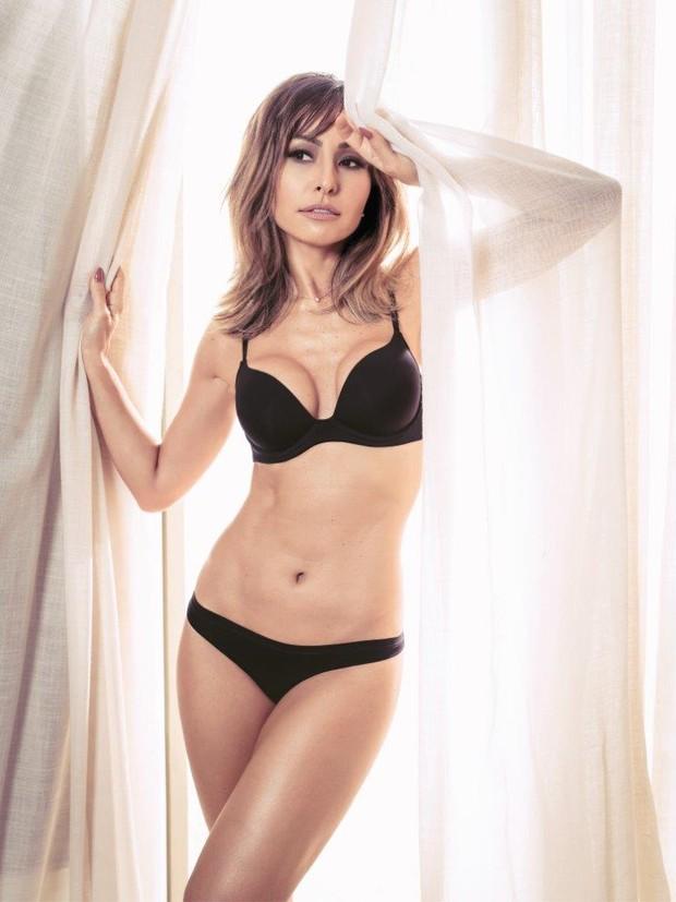 Sabrina Sato usa look sexy e chama a atenção pelas curvas