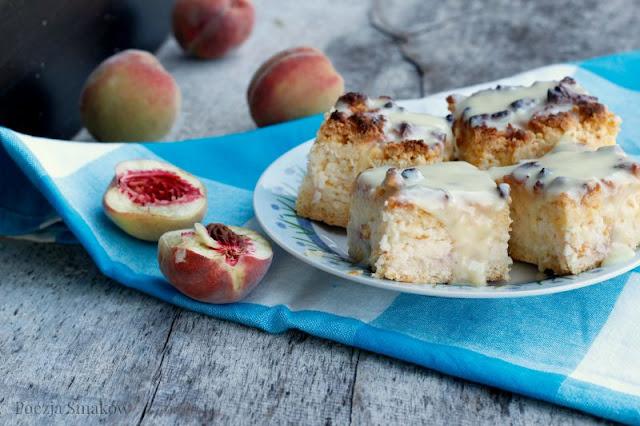 Sernik brzoskwiniowy pieczony na jogurtach.