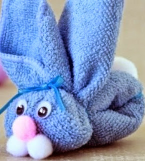 http://manualidadesparaninos.biz/conejo-de-pascua-con-una-toalla/