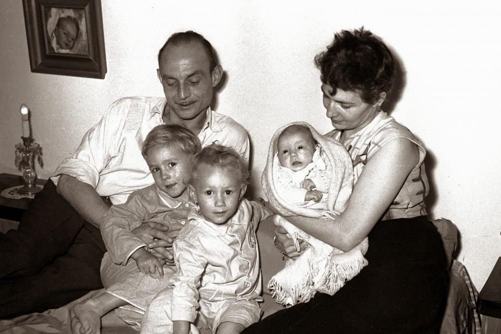 José Hierro y su familia en 1953