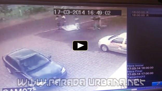VIDEO INSOLITO - Un Auto derriba a un ciclista y le 'deja' un colchón para que aterrice