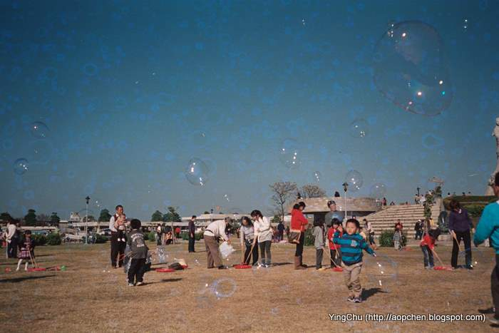 林默娘公園裡吹泡泡的遊客