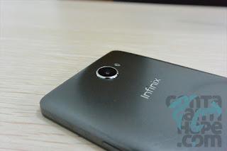 Infinix Note 2 - Bagian belakang atas, kamera 13 Megapixels, single LED Flash, dan logo Infinix